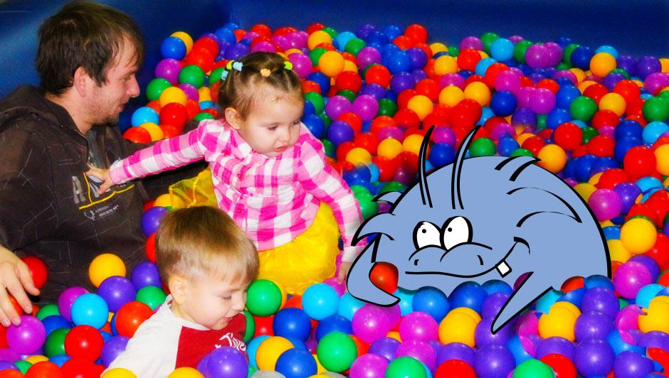 Бассейн с яркими шариками